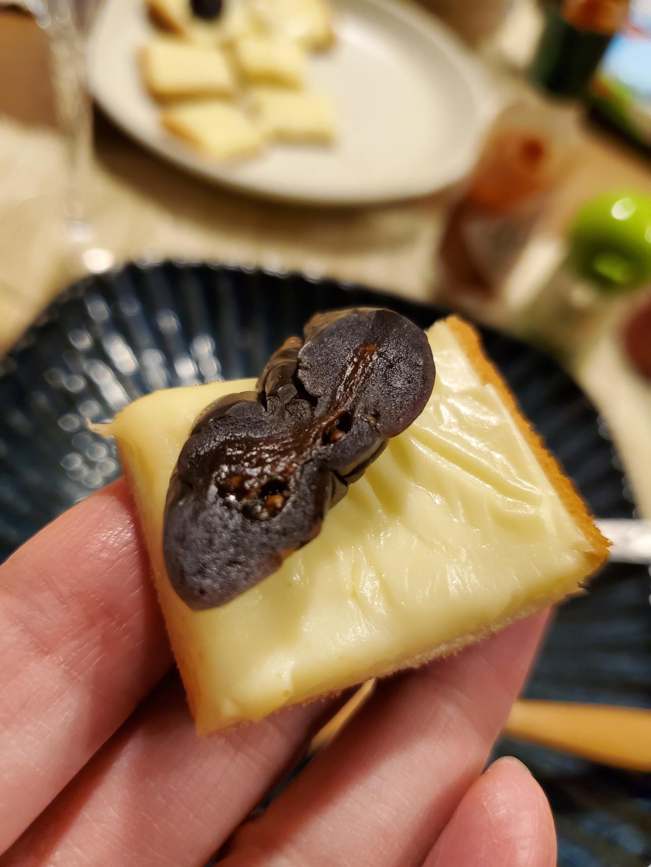 クラッカーとチーズに乗せた藤崎屋の漬物